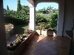 Terrasse ombragée face au jardin